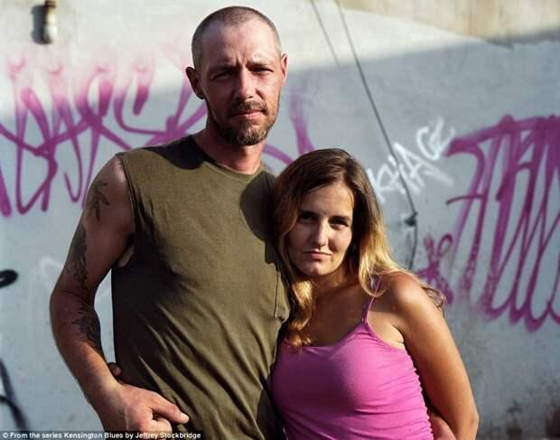 Местные жители Пэт и Рэйчел в 2012 году. На тот момент были женаты 11 лет. Пара рассказала фотографу, что когда они познакомились, только Пэтт был наркозависимым, затем стала и Рэйчел. америка, люди, наркомания, наркоманы, сша, уличные фотографы, фото, фотограф