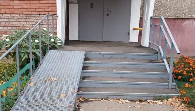 Подрядчик отремонтировал ступени одного из подъездов дома на Школьной улице