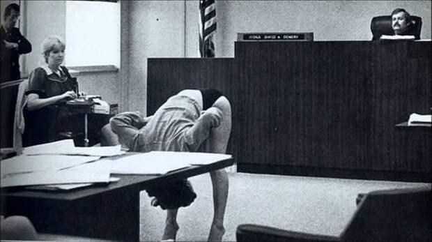 """16. """"- Вам хорошо видно, Ваша Честь !?"""" Танцовщица демонстрирует судье, что ее белье полностью прикрывает интимные места после ее ареста в баре за непристойное обнажение Весь Мир, история, фотографии"""