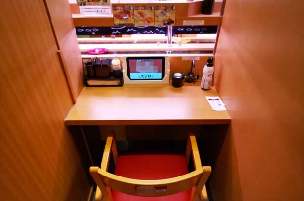 Японцы едят суши в специальных капсулах