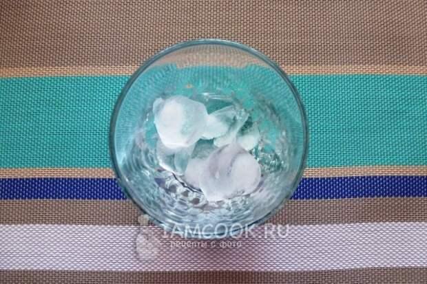Положить в стакан лед