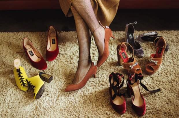 Примерять обувь на коврике - ошибочно, лучше это делать на голом полу / Фото: allaboutaccent.com