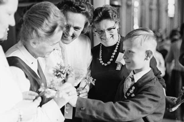 Пионер Виктор Косых дарит делегатам Всемирного конгресса женщин в Москве, созываемого Международной демократической федерацией женщин, полевые цветы, 1963
