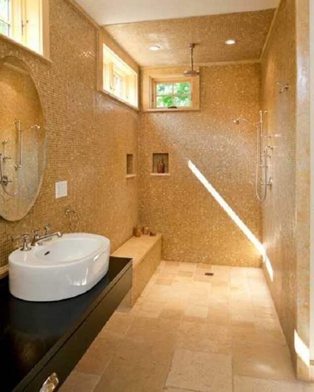 Оформление ванной комнаты при помощи красивой мелкой плитки, что создает определенный уют в душевой.