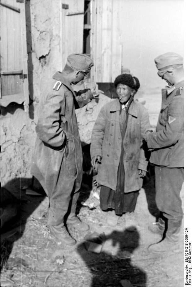 Bundesarchiv_Bild_101I-218-0506-10A,_Russland-Süd,_Soldaten_mit_Einheimischem