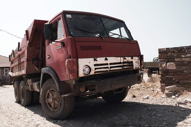 КамАЗ насмерть засыпал девочку землёй на Кубани