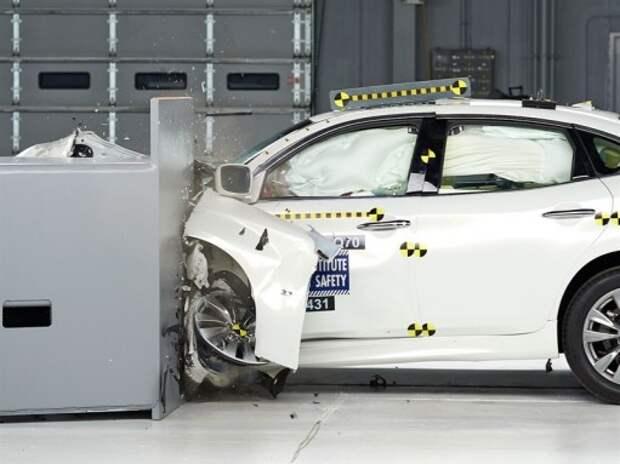 Infiniti Q70 превзошла BMW 5-й серии в тестах на удар с малым перекрытием (ВИДЕО)