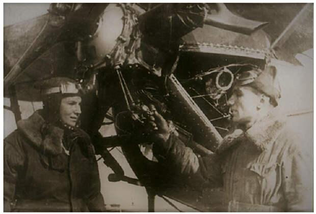Лида и Лёша у боевого самолёта