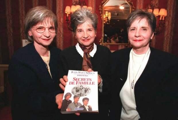 Три сестры на презентации книги об их семье.
