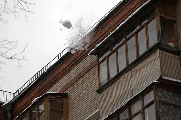 Мать чудом спасла ребёнка от летящей с крыши груды снега