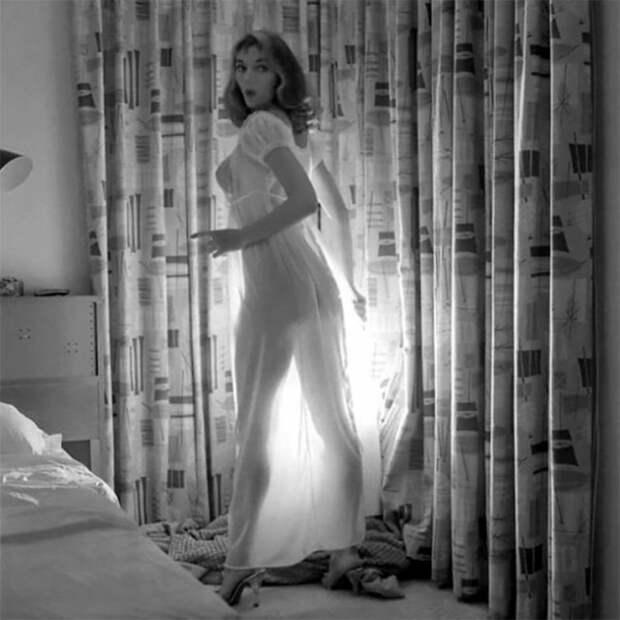 Викки Дуган и её соблазнительные платья с открытой спиной