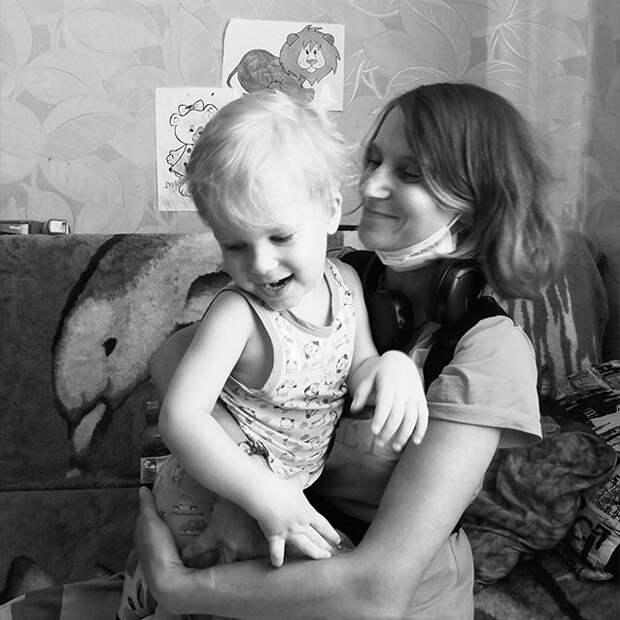 «Язык не поворачивался назвать ее мамой». Истории сироты и матери, лишенной ребенка