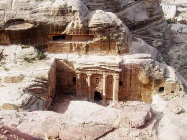 Город, высеченный в скале: 12 загадок удивительной Петры