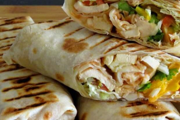 Шаурма с омлетом, курицей и сыром: крутим сытный завтрак на весь день