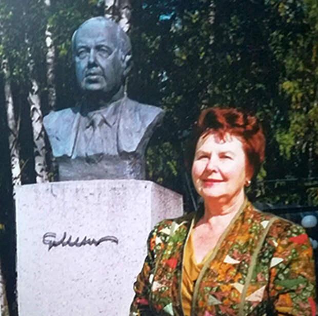 Надежда Миль у памятника отцу в Казани