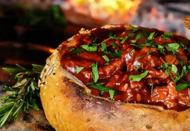 Кладем мясо прямо в буханку хлеба