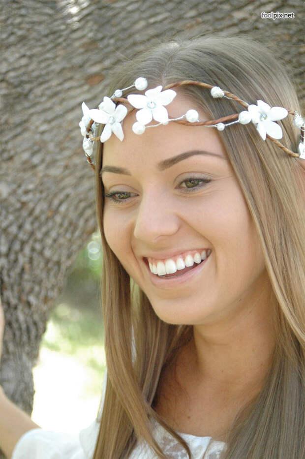 Девушка с цветочным венком на голове