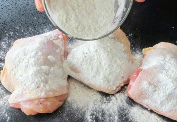 Натерли курицу крахмалом и жарим в грибном соусе