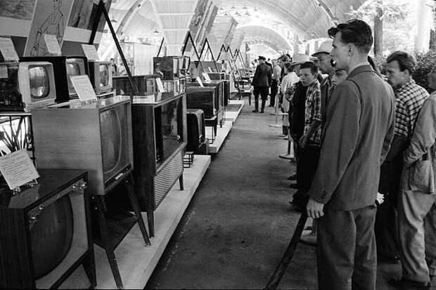 Советские граждане разглядывают американские телевизоры на выставке в Москве, 1959 год. Весь Мир, история, фотографии