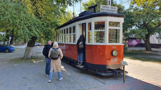 У волгоградцев и гостей города памятник трамваю всегда вызывает оживленный интерес