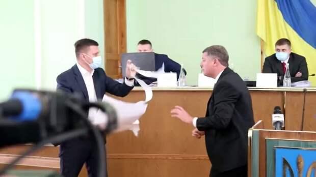 В Херсонской области произошла потасовка между местными депутатами из-за флага России
