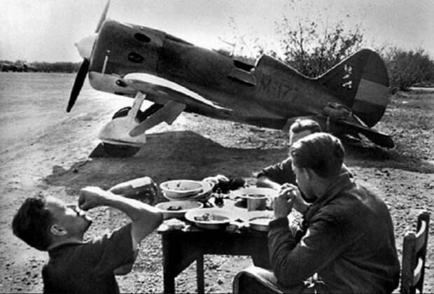 Советские летчики, пилоты истребителей И-16, на фоне одного из своих боевых самолетов на испанском аэродроме