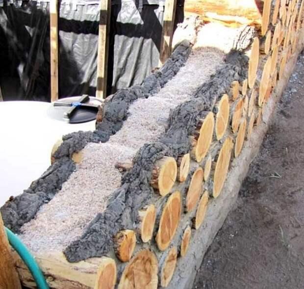 Во время строительства раствор кладётся с наружной и внутренней стороны стены, а посередине остаётся изолирующий материал.
