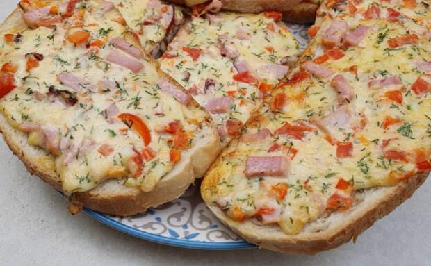 Пиццу на батоне сделали за 10 минут и получилось не хуже, чем на тесте