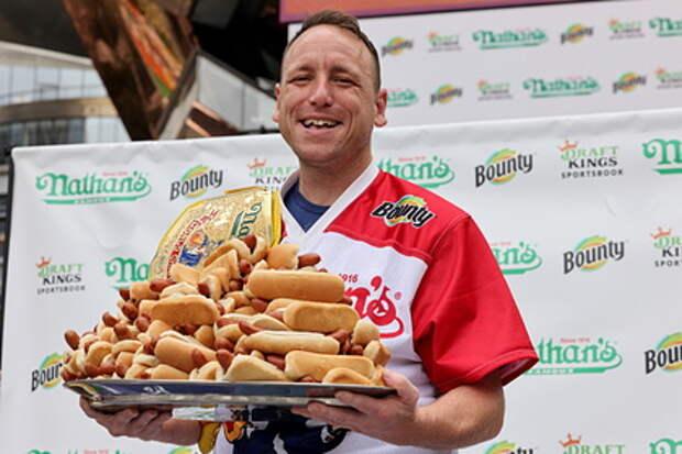 Американец по прозвищу Челюсти съел рекордное количество хот-догов