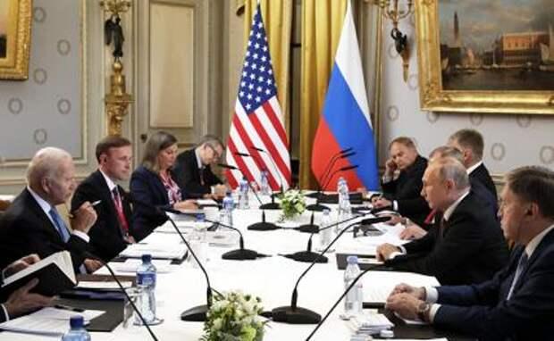 На фото: президент России Владимир Путин (второй справа) и президент США Джо Байден (слева) во время российско-американских переговоров.