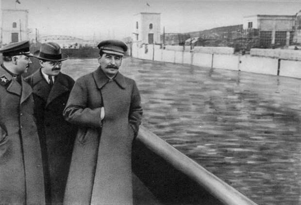 После ареста Ежова, он исчезает с фотографии со Сталиным, что ещё раз подтверждает то, что фотошопом тогда уже владели, а следовательно не было нужды Сталину искать наркома НКВД ниже себя, для фотогеничности.