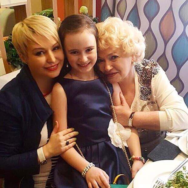 Катя Лель с дочерью и Людмила Нарусова