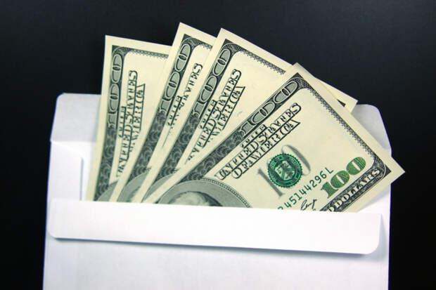 Современный Робин Гуд: мужчина рассылает незнакомым людям деньги в конверте