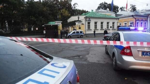 На территорию посольства США в Москве прорвался неизвестный на автомобиле