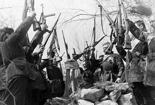 Клятва партизан на могиле товарища, апрель 1942 года