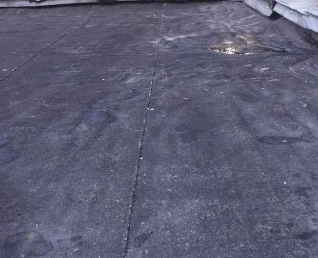 Козырек подъезда в доме на Дежнева очистили от грязи