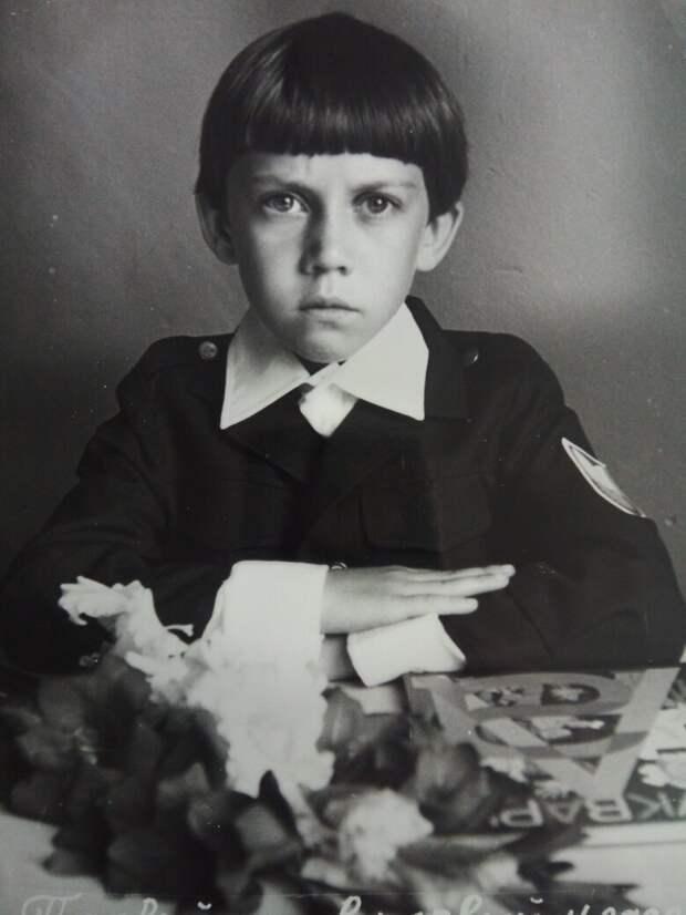 Это просто Я.  В почти семь лет. Ну вот нашёл такую фотку.