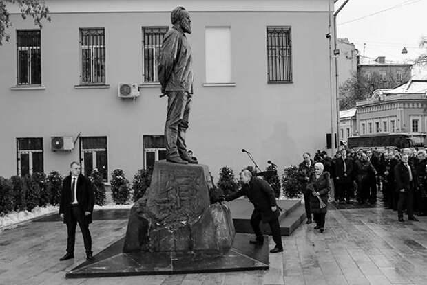 Президент напомнил, что Солженицын был не только писателем и мыслителем, но и фронтовиком, «истинным, настоящим патриотом России». По словам президента, отмечаемое во вторник столетие со дня рождения Солженицына – повод вновь обратить внимание на его наследие, «которое вплетено в саму ткань XX века и продолжает оставаться современным и для России, и для всего мира». Путин признался, что хорошо помнит все свои встречи с писателем, «его мудрость, взвешенность, глубокое понимание слова». Александр Солженицын – прозаик, драматург, поэт, публицист, лауреат Нобелевской премии по литературе (1970). Родился 11 декабря 1918 года в Кисловодске. В 1941 году был мобилизован на фронт. В 1945 году арестован за резкие антисталинские высказывания и осужден на восемь лет исправительно-трудовых лагерей. В феврале 1974 года Солженицын был арестован, обвинен в государственной измене и лишен советского гражданства. Некоторое время писатель с семьей жил в Швейцарии, после чего переехал в США. В августе 1990 года Солженицыну было возвращено советское гражданство, в 1994 году он вернулся в Россию. Писатель умер 3 августа 2008 года
