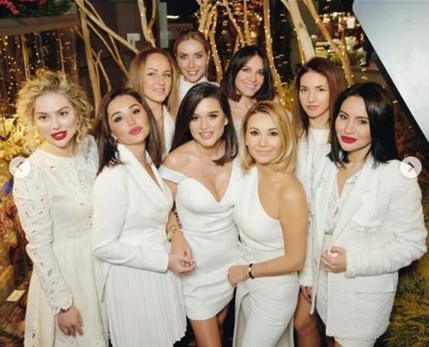 ксения бородина с подругами в белых костюмах