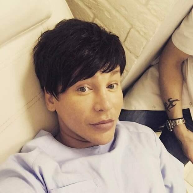 Этот мужчина — самый популярный хирург Москвы. Но стоит ему снять маску...