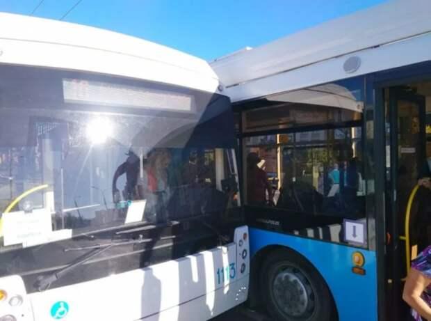 В Севастополе столкнулись два троллейбуса из-за ссоры женщин-водителей (ФОТО)