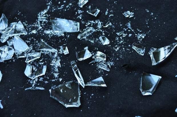 В подъезде на Недорубова заменили разбитые хулиганами оконные стекла