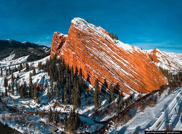 Джеты-Огуз — красные скалы посреди снега