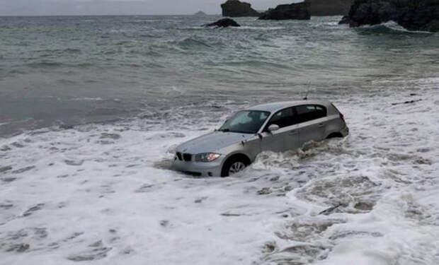 Водитель решил заехать на своем BMW на пляж и забыл про прилив. Когда он утром проснулся, машина была уже в воде