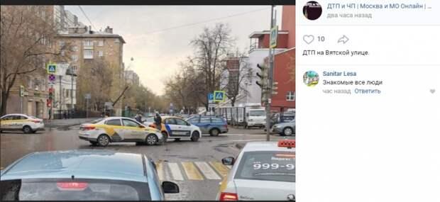 На Вятской улице такси догнал каршеринг
