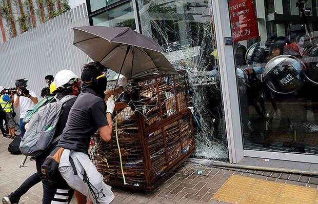 В Гонконге демонстранты штурмуют здание Законодательного совета