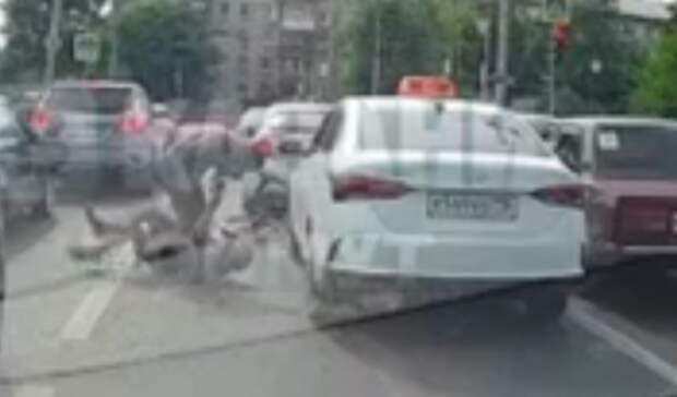 ВКазани велосипедист итаксист устроили драку на дороге