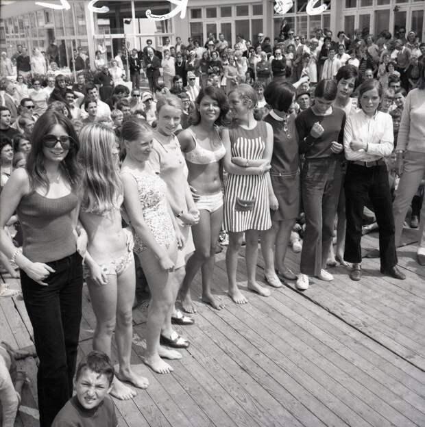 """29 июля 1968 года. Франция, Курортный городок Этрет, конкурс """"Мисс Этрет"""". Ставлю на бикини в центре. история, мгновения жизни, фотография"""