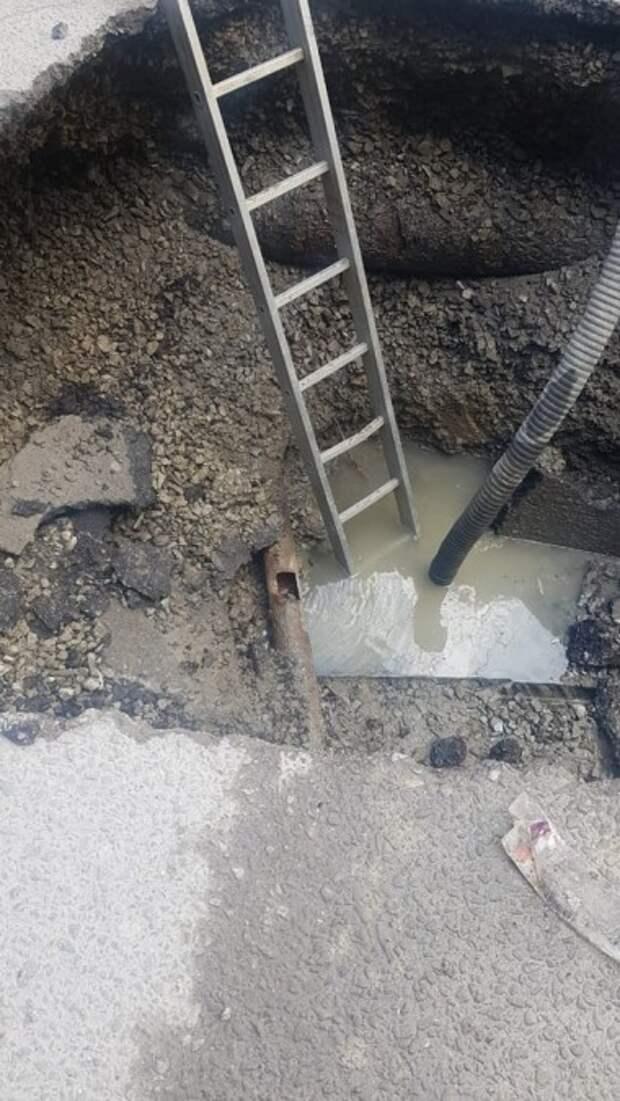 Асфальт провалился под мусоровозом в Алуште
