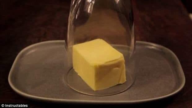 Если нужно разогреть сливочное масло, а микроволновки в доме нет, налейте в стакан кипяток, потом вылейте его, просушите салфеткой и накройте горячим стаканом кусок масла. готовка, готовка еды, лайфхаки, на кухне, полезные советы, советы, советы бывалых